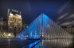 Pyramide célèbre de Louvre la nuit Photographie stock libre de droits