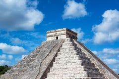 Pyramide Chichen Itza und Nizza Himmel Stockbild