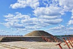 Pyramide concrète dans la ville Photographie stock
