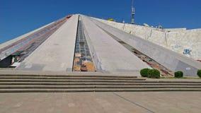 Pyramide construite pour l'ancien chef de l'Albanie, Enver Hoxha clips vidéos