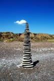 Pyramide d'équilibre de roche sur la plage photos libres de droits