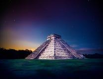 Pyramide d'El Castillo dans Chichen Itza, Yucatan, Mexique, la nuit photographie stock libre de droits