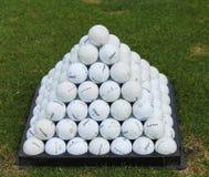 Pyramide de boules de golf sur le champ d'exercice Images libres de droits