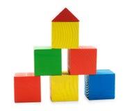 Pyramide de construction colorée en bois des jouets de cubes Photographie stock