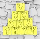 Pyramide de coopération dessinée sur les notes collantes Photos stock