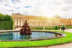 Pyramide de Fontaine dans des jardins beautful et célèbres de Versailles Photographie stock libre de droits