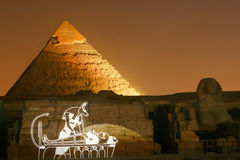 Pyramide de Khafre à l'exposition de laser de nuit photographie stock libre de droits