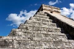 Pyramide de Kukulkan apparaissant indistinctement au-dessus de Chichen Itza Photos stock
