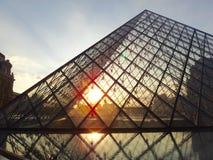 Pyramide de Louvre pendant un coucher du soleil à Paris Photographie stock