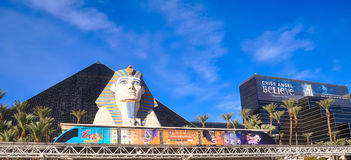 Pyramide de Louxor, sphinx et tram de monorail images libres de droits