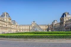 Pyramide de musée de Louvre à Paris Photos stock