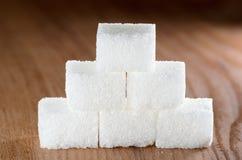 Pyramide de sucre sur le bois Photos stock