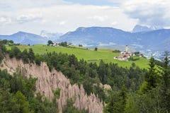 Pyramide de terre étonnante sur un fond de plateau vert de Renon Photographie stock libre de droits