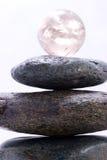 Pyramide de zen et bille en cristal Photos libres de droits