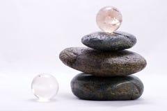 Pyramide de zen et billes en cristal Images libres de droits