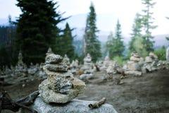 Pyramide de zen Pierres équilibrées aux bois Vue paisible de paysage de montagne photos stock