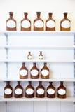 Pyramide der Flaschen stockbilder