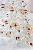 Pyramide der Martini-Gläser für das Hochzeitsereignis Lizenzfreies Stockbild