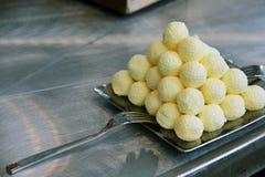 Pyramide des boules de beurre sur la plaque d'acier inoxydable Photographie stock libre de droits