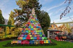 Pyramide des cadeaux en parc à Noël photographie stock libre de droits