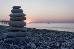 Pyramide des cailloux sur la plage Image libre de droits