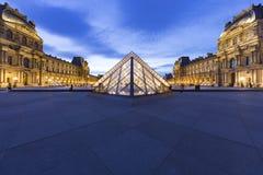 Pyramide des Luftschlitz-Museums Paris stockfotos