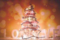 Pyramide des macarons avec des lumières de Noël Photo stock