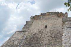 Pyramide des Magiers in den Mayaruinen Uxmal lizenzfreie stockfotos