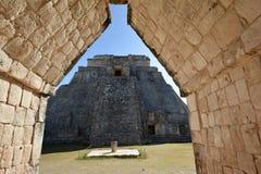 Pyramide des Magiers, wie vom dreieckigen Torbogen gesehen Lizenzfreie Stockfotografie