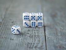 Pyramide des matrices blanc bleu sur la table en bois photographie stock