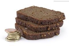 Pyramide des pièces de monnaie et des parts de pain. Photographie stock libre de droits