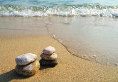 Pyramide des pierres de mer contre la mer Image libre de droits