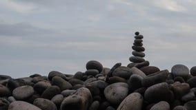 Pyramide des pierres grises de mer photographie stock