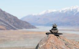 Pyramide des pierres sur le fond trouble de la montagne Photographie stock