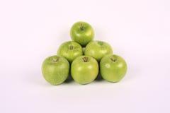 Pyramide des pommes vertes Photographie stock libre de droits