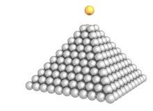 Pyramide des sphères avec la sphère d'or sur le dessus Image libre de droits