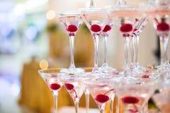 Pyramide des verres avec le champagne Photographie stock libre de droits
