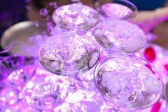 Pyramide des verres avec le champagne avec de la fumée Image libre de droits