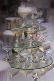 Pyramide des verres de champagne avec de l'azote liquide Photos stock