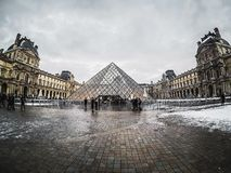 Pyramide Du Louvre odwiedzał turystami Du Louv i Musee Obraz Stock