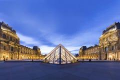 Pyramide du musée Paris d'auvent Photos libres de droits