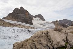 Pyramide en pierre équilibrée avec la montagne de Dirndl image stock