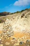 Pyramide en pierre sur la plage, Malte Photo libre de droits