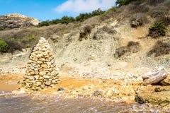 Pyramide en pierre sur la plage, Malte Photographie stock libre de droits