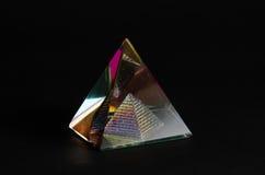 Pyramide en verre brillante à l'arrière-plan noir Image libre de droits