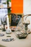 Pyramide en verre décorative avec le contre-jour Photographie stock libre de droits