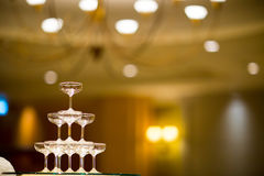 Pyramide en verre de Champagne Pyramide des verres de vin, champagne Images stock
