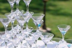 Pyramide en verre de Champagne Pyramide des verres de vin, champagne, tour de verre du ` s de champagne en partie de réception de Image libre de droits