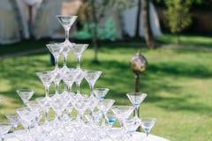 Pyramide en verre de Champagne Pyramide des verres de vin, champagne, tour de verre du ` s de champagne en partie de réception de Image stock