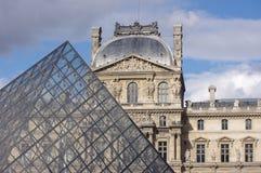 Pyramide en verre de Louvre, Paris Images libres de droits